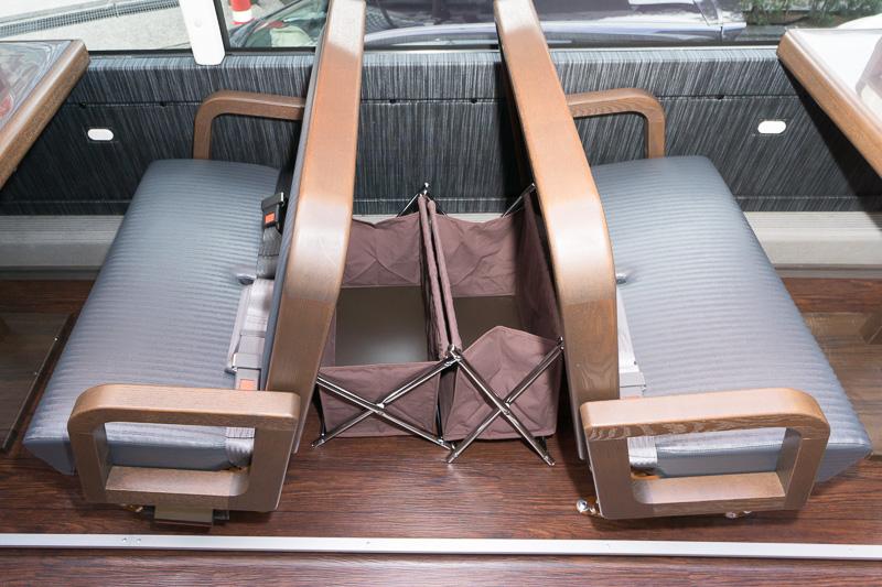 座席間には荷物置きスペースがある