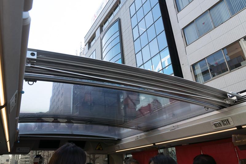 後部に折りたたまれた透明ポリカーボネート製の屋根