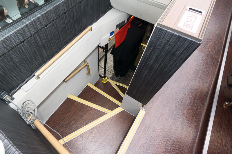 階段付近。急なため手すりが要所に付いている
