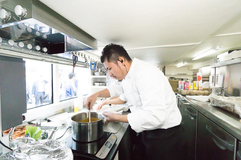 1階厨房。天井が低いが十分な広さ。IHクッキングヒーター、冷蔵庫、電子レンジ、オーブンなど一通り揃っている。調理するのは新潟出身の真保元成シェフ