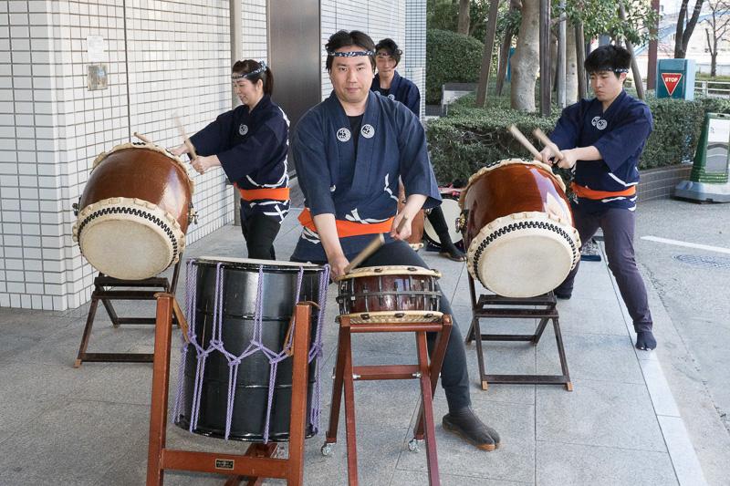 試乗会の行なわれた品川で活動する「八潮太鼓」の演奏で出発