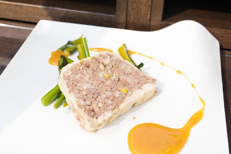 佐渡島の黒豚を使ったテリーヌに生姜の味噌漬けを使ったソースがけ。黒豚は肉の味が濃く食べ応えがある。菜の花のようなオータムポエムが敷かれている。少しピリッとした辛みがアクセント