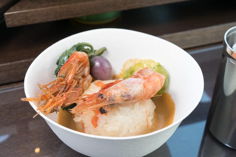 焼きリゾットと新潟特産南蛮海老を使ったソース、南蛮海老素揚げのせ。海老は剥かずに殻まで食べられる。大量の海老を使ったというソースは濃厚。付け合わせの野菜は、新潟の古来種寄居かぶ