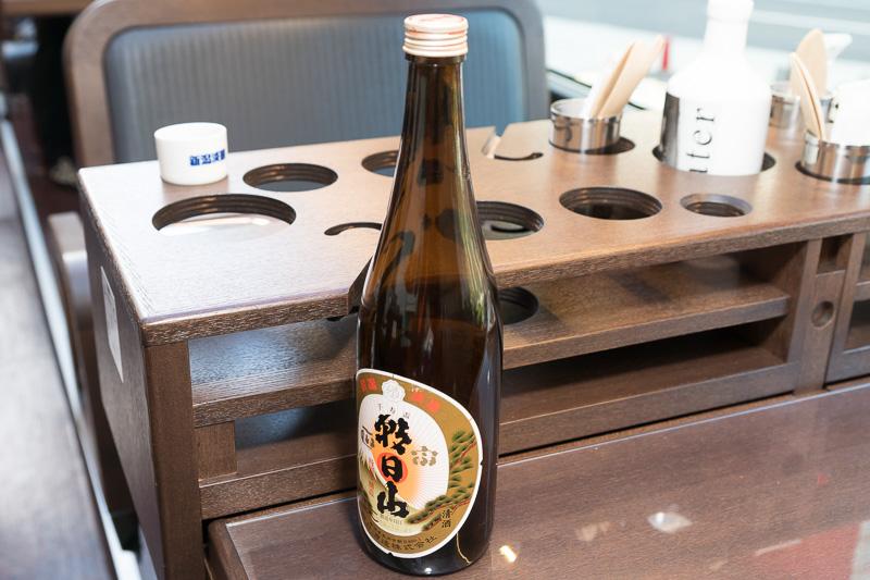 車内で振る舞われた、新潟の日本酒。朝日酒造 朝日山 千寿盃。淡麗辛口の特別本醸造酒