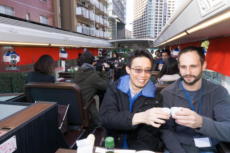 さっそく日本酒で「Cheers !」。写真左のアジア系男性はシンガポールから来訪