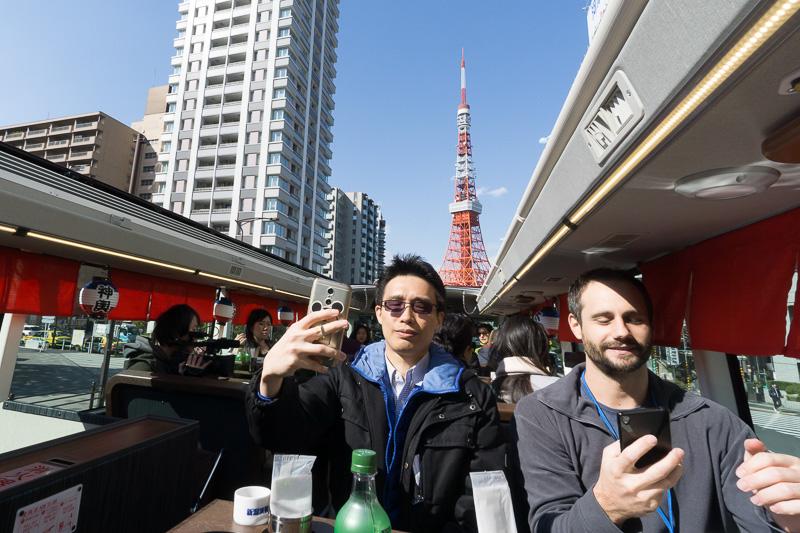 東京タワーが近付いてきた。すかさずセルフィ(自撮り)に興じる面々