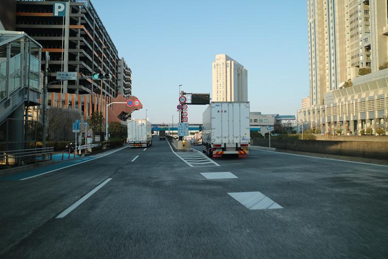 お台場中央交差点を過ぎると左右に別れる。首都高は左へ