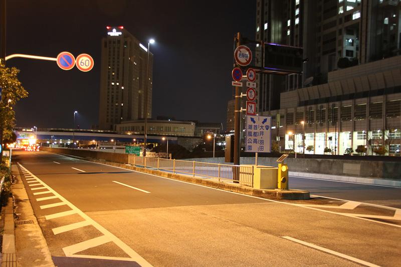 開通10分前には、すでにお台場中央交差点の分岐標識の目隠しがはがされていた