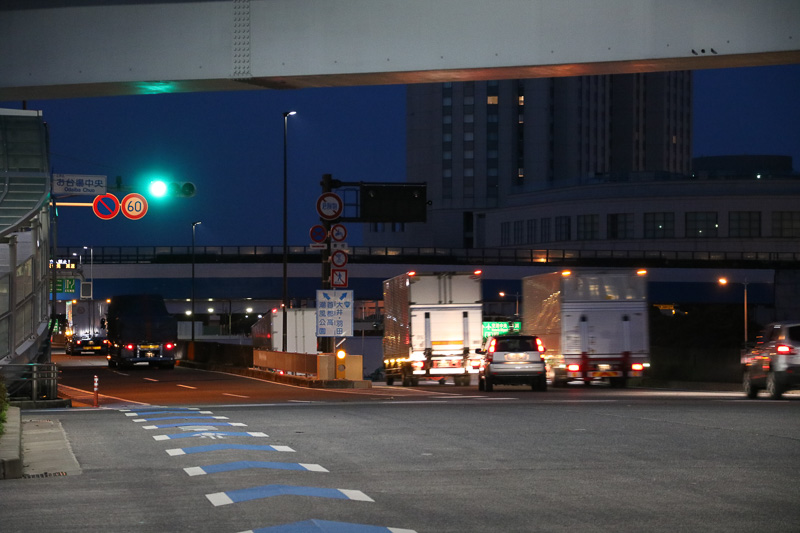 開通して20分が過ぎるころには、首都高方面に向かう大型トラックも増えてきた