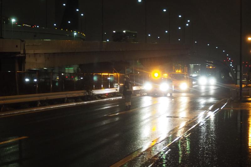 20時直前、いよいよ工事車両が到着。右側の車線を通行規制を開始する