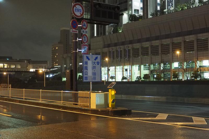 前夜の段階ではお台場中央交差点の分岐標識にも目隠しが貼ってあった