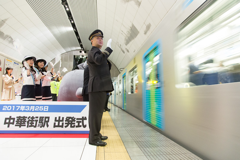 ホームで1番列車を見送る小泉駅長(画像提供:西武鉄道)