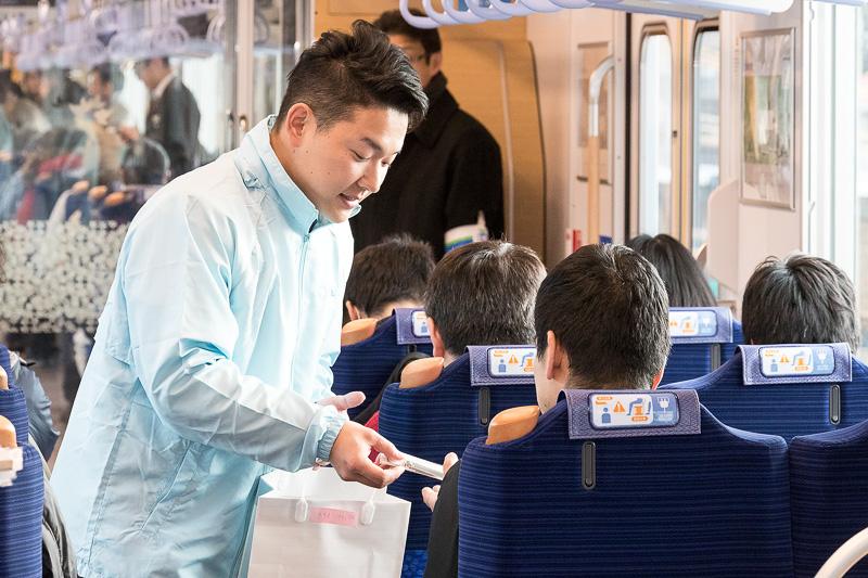 1番列車の乗客にはオリジナルキーホルダーがプレゼントされた