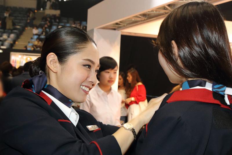 制服体験は着付けから記念写真の準備までCAがサポートした