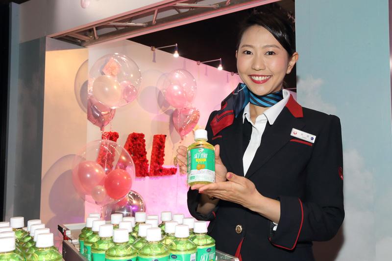 参加者には機内で提供されているオリジナルドリンク「スカイタイム(キウイ)」が用意された