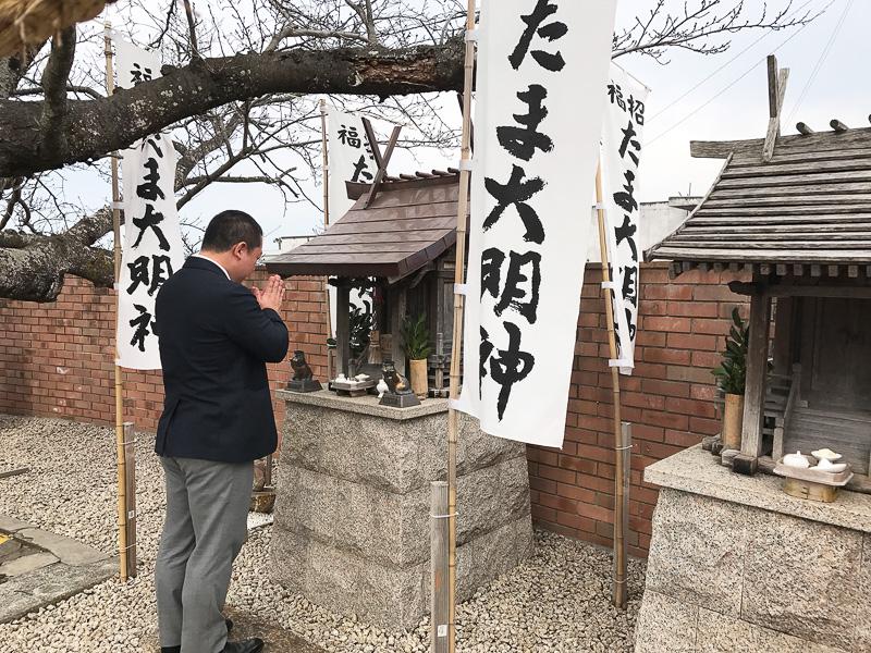 ホームには「たま神社」があります
