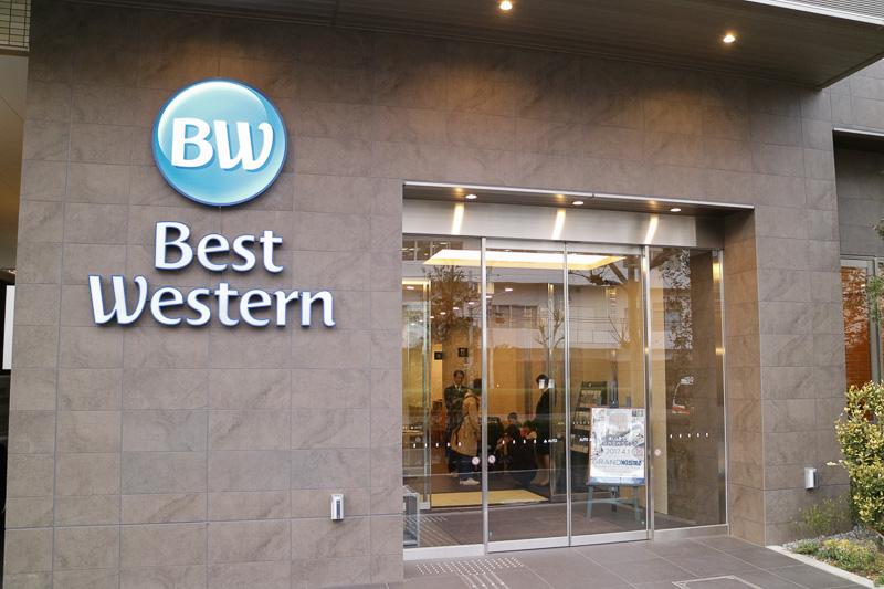 ベストウェスタン東京西葛西グランデの入り口。ホテルのブランドロゴは夜になると点灯する