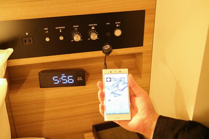 ベッドまわりには照明を調整するスイッチ類やコンセントが1口設けられているほか、「AUX」ポートが用意されている。スマートフォンに接続することで、スマートフォン内の楽曲を、部屋のスピーカーで鳴らすことができる