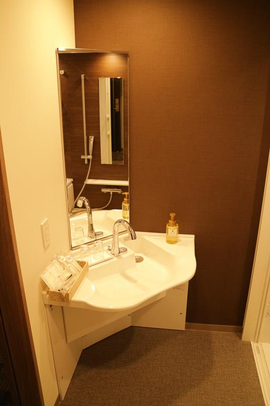 手すりを各所に設け、車いすでも洗面台に近付きやすいようになっている