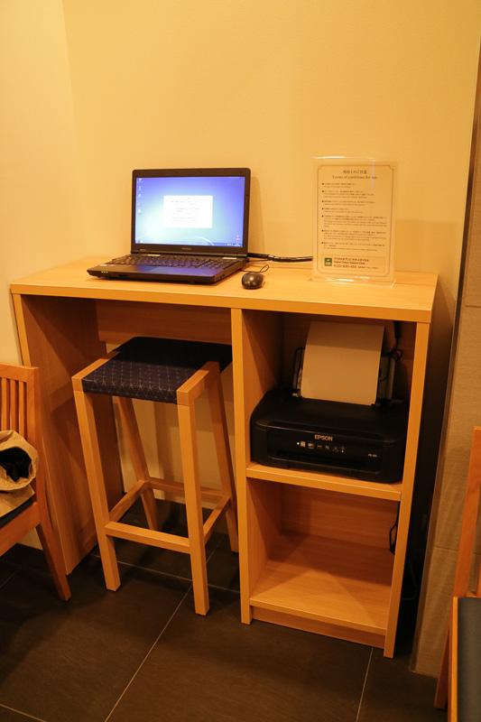 1階にはビジネスコーナーとして、PCとプリンタが用意されている