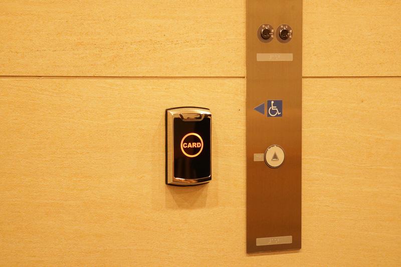 夜の0時を過ぎると、ホテルの入り口とエレベータの利用にはロックがかかるため、宿泊客はカードキーをかざすことでセキュリティを解除できる