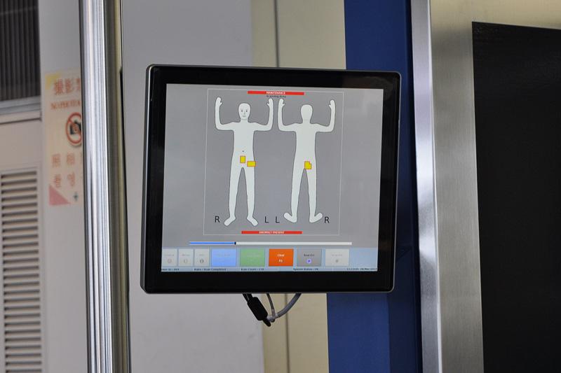 検出物は、正面・背面を模したイラストの上に黄色いマークで表示される。検査官はこのマークを判断してボディチェックを行なう