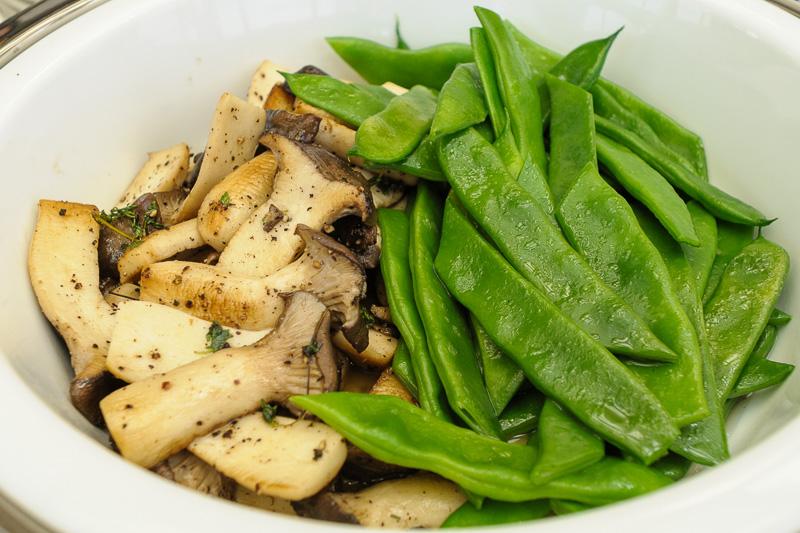 ローストチキンに添えられる春野菜のグラッセ