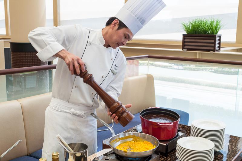 Chef Xが盛り付けや調理をして、4月限定メニュー最後の仕上げをする