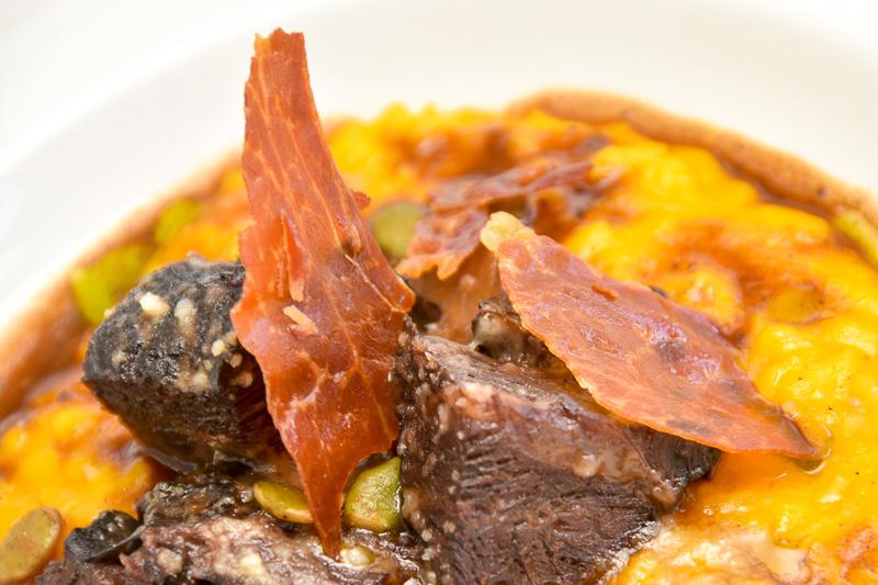 カリカリに仕上げた生ハムの塩味と苦みはクセになりそうな濃厚な味わい