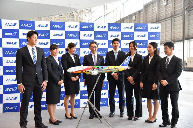 新入社員とともにアンベール。デザイン性豊かな機体に全員が笑顔になった