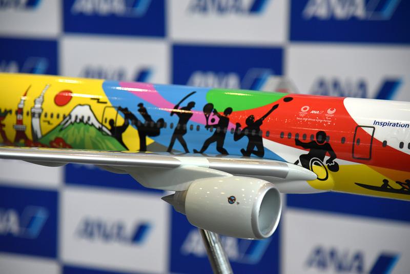 右側には、紅葉を彷彿させるイラストや富士山などをダイナミックにデザイン