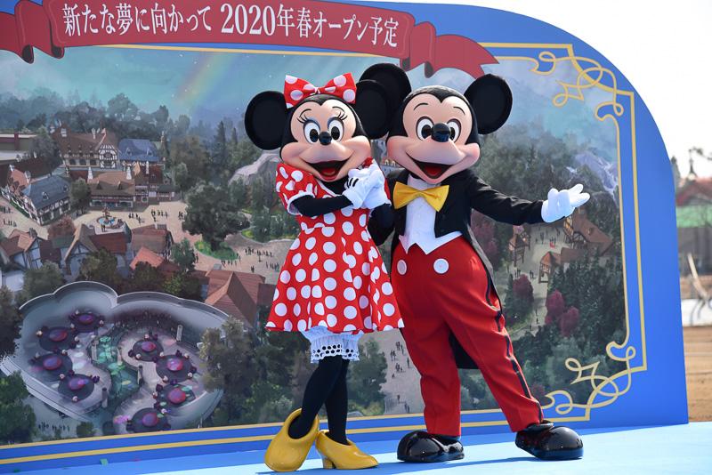 起工式に参加したミッキーマウスとミニーマウス
