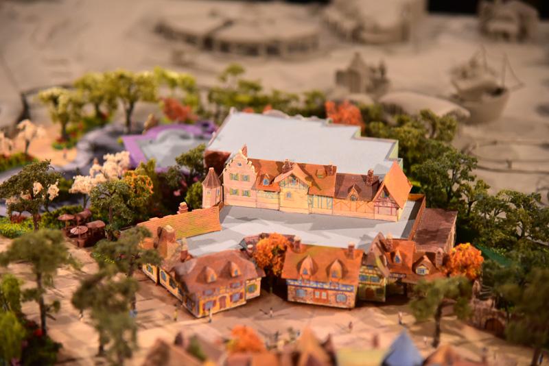 ベルたちが住む村の街並みを再現。まるで物語の世界のなかへ入ったような感覚に