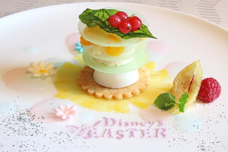 デザートはオレンジのムースやチーズ味のアイスが層になったデザイン