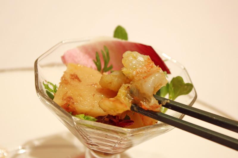 天使の海老とタケノコの煮物のカクテル。一口ずついろいろな味が楽しめる