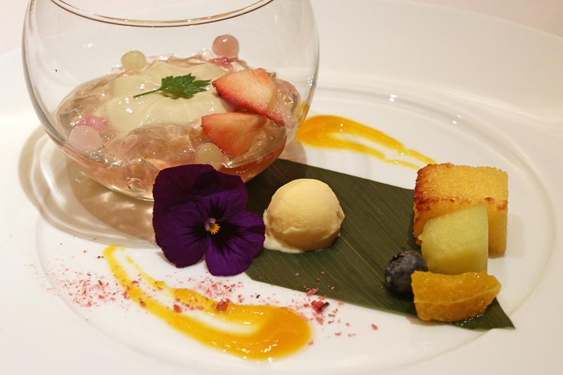 スイーツは「ジャスミン茶風味のミルクプリンと桜風味のゼリー、マレーシア風焼きカステラ」