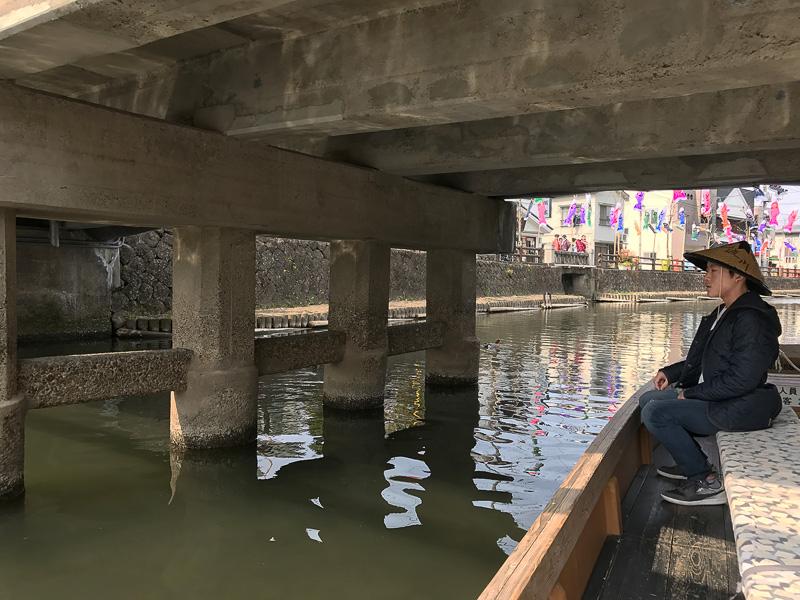 橋の下を通り抜け