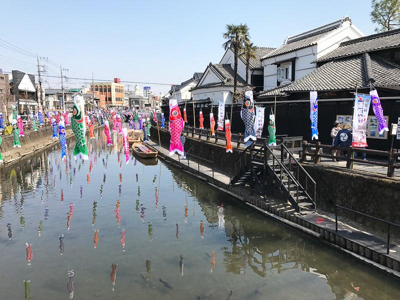 上にも下にも鯉! な「うずまの鯉のぼり」は栃木市観光協会のツイッターによると2017年5月8日まで開催中。春の旅行にいかがですか