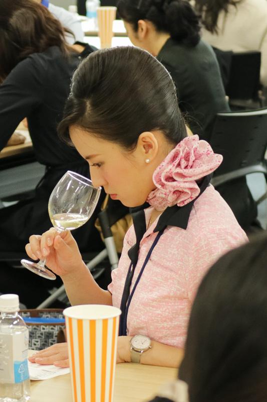 プーシエ氏の解説を聞きながら、ワインの色や香りを確認していた