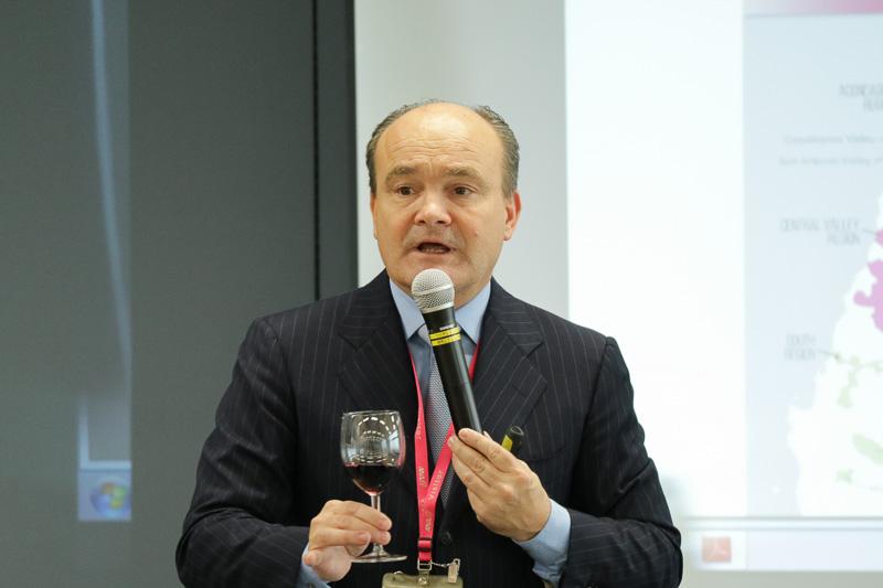 CAのワインへの理解をより深めることを目的にしたセミナーにおいて、プーシエ氏が2017年6月から提供予定の3種類のワインについて解説をした
