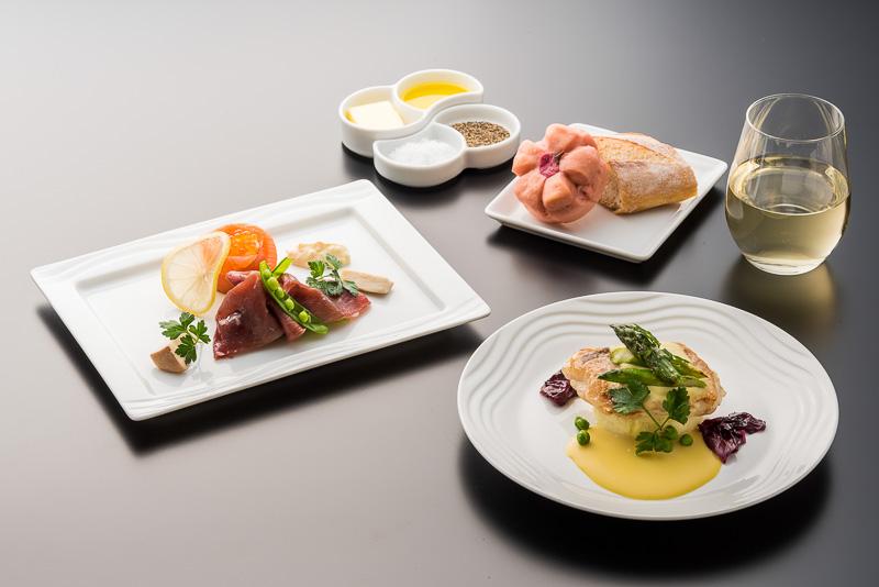 ANAではビジネスクラス以上においてはボルドーグラスのステム(脚)を切ったような重心の低いワイングラスを使いワインを提供している(写真提供:全日本空輸)