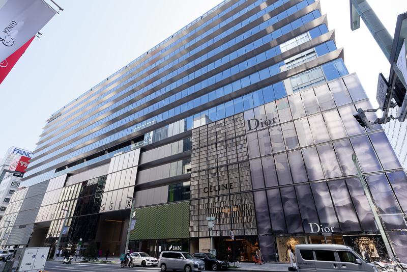GINZA SIXの外観。手前が中央通り。上層階(主にオフィスフロア)がひさしを、下層階(主に商業施設)がのれんをイメージしたデザインになっている
