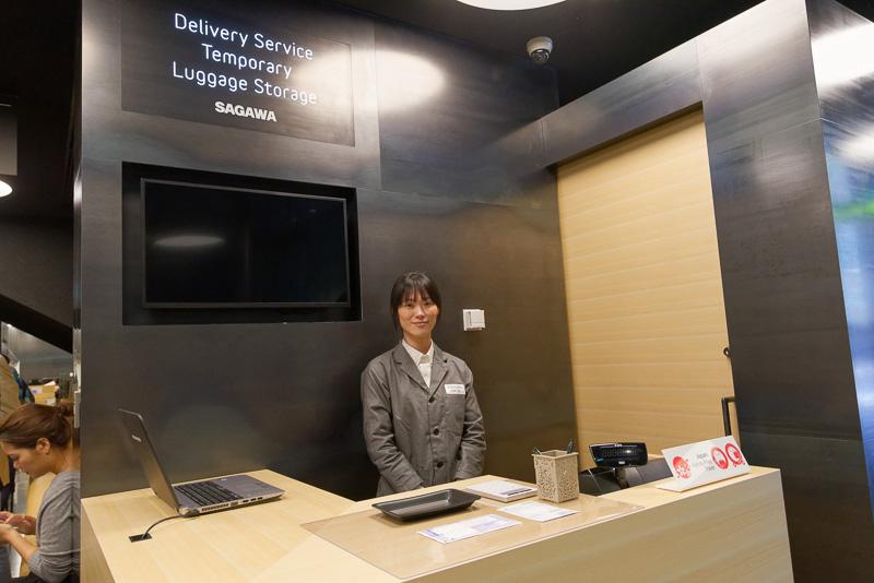奥の方には免税カウンター、宅配便窓口、荷物一時預かり所、外貨両替コーナーがあり、海外からの観光の要所として機能させる