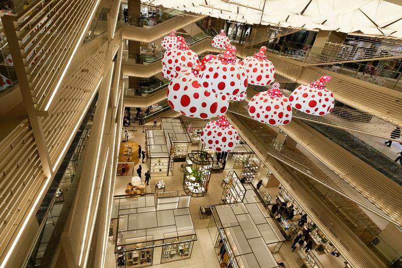 2階から6階までの吹き抜けには、草間彌生氏によるインスタレーションが飾られる。森美術館監修の元、期間限定でさまざまなアートが展示される予定