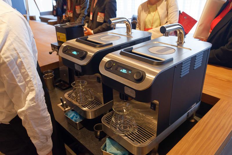 これをサイフォンや、日本初上陸という水出しコーヒー用の「ナイトロ コールド ブリュー コーヒー」、あるいは「クローバー」「ブラックイーグル」などを使って手間ひまかけて抽出する