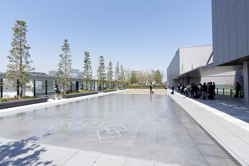 日本の庭園文化と西洋の広場文化を折衷したという屋上庭園