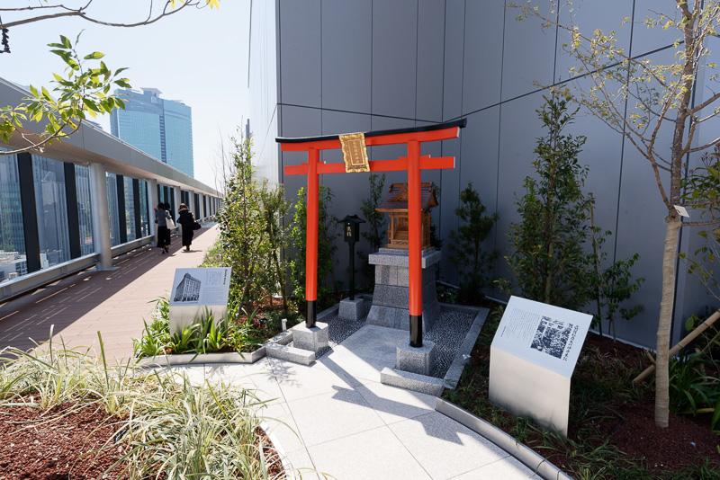 屋上庭園は建物の外縁をぐるりと一周可能。片隅には松坂屋の屋上にもあった靍護(かくご)稲荷神社がひっそりと鎮座している