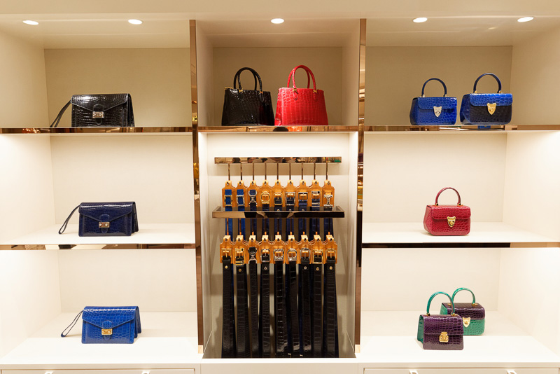 独自の加工・染色技術で、他にないツヤと色味を出しているのが特徴。バッグは約20万円から、ベルトは約5万円から