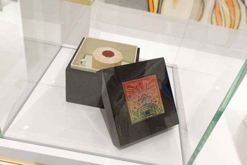 創業者はアーティストでもあり、自身の作品や支援する若手アーティストの作品が店内に展示されている