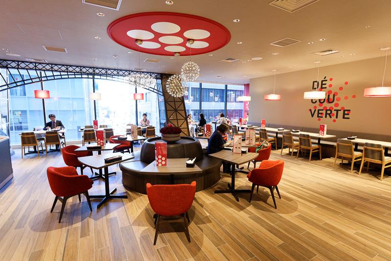 フランス発のガレット・クレープ専門レストラン「framboise(フランボワーズ)」。フランスの店舗はシックなレストランだが、日本初出店のここではポップなカフェ風の趣きにした